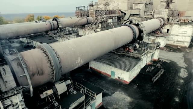 промышленная зона с функционирования rotary печь для обжига. aerial съемка - бетон стоковые видео и кадры b-roll