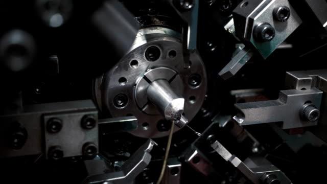 automatische industrieanlagen, die herstellung einer vielzahl von quellen im rahmen des programms - verbogen stock-videos und b-roll-filmmaterial