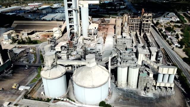 大型セメント工場と産業の背景 - セメント点の映像素材/bロール