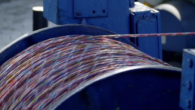 industriella kabel produktion. tvinnad kabel. - fiber bildbanksvideor och videomaterial från bakom kulisserna