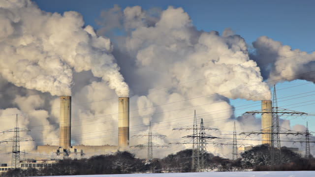 stockvideo's en b-roll-footage met industrial chimneys - luchtvervuiling