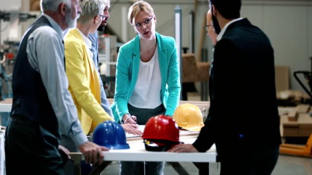 Equipo de diseño industrial en una reunión. - vídeo