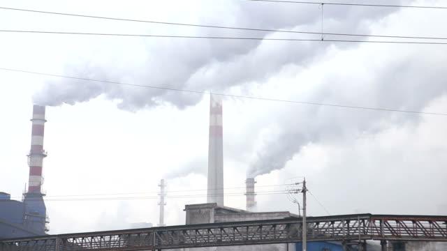 stockvideo's en b-roll-footage met industrial district met schoorstenen - broeikasgas