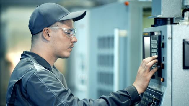 Ingeniero industrial trabajador operativo sistema de panel de control en planta de fabricación - vídeo
