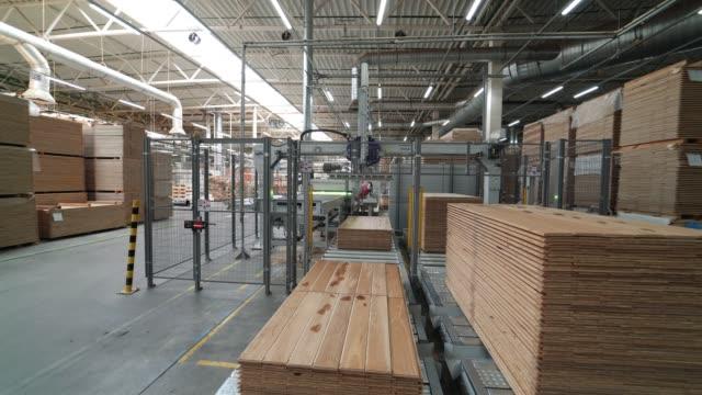 vídeos de stock e filmes b-roll de industrial equipment for the production of parquet. - material de construção