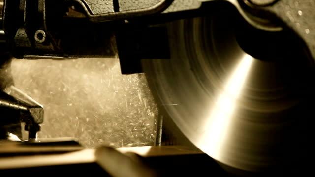 industrielle handkreissäge. sah bei der arbeit - kreissäge stock-videos und b-roll-filmmaterial