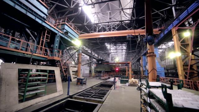産業用インテリアの巨大な工場の建物です。内部の眺め - 重い点の映像素材/bロール