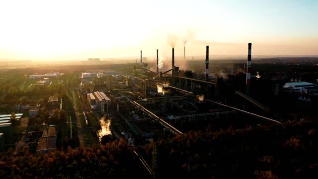 vídeos y material grabado en eventos de stock de paisaje industrial con una fuerte contaminación - impacto
