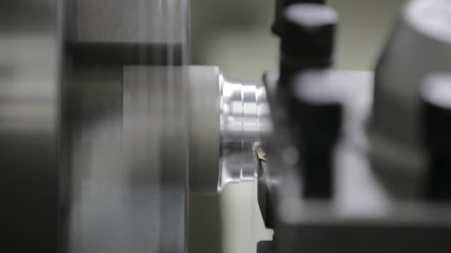 industrial drehmaschine - aluminium stock-videos und b-roll-filmmaterial