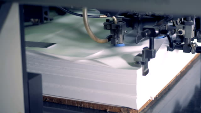 industrial machine is displacing sheets of paper on a very high speed - мембрана клетки стоковые видео и кадры b-roll