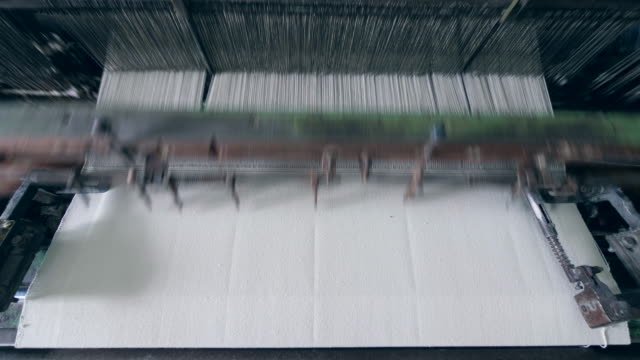 industrimaskin är sytyg. industriell textilutrustning - väva bildbanksvideor och videomaterial från bakom kulisserna