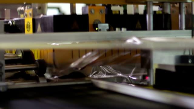 vídeos de stock, filmes e b-roll de máquina industrial, coloque filme plástico para garrafas - tag