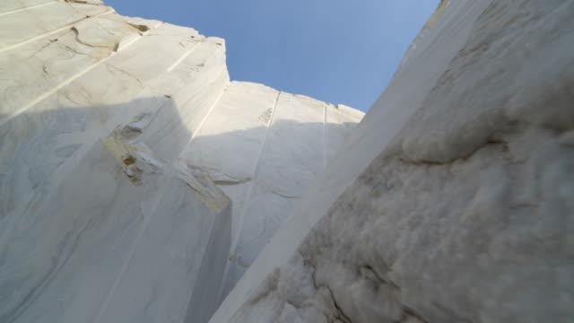 industriell marmor stenbrott plats med stora marmorblock - marble bildbanksvideor och videomaterial från bakom kulisserna