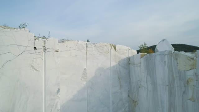 промышленный мраморный карьер с огромными мраморными блоками - камень стоковые видео и кадры b-roll