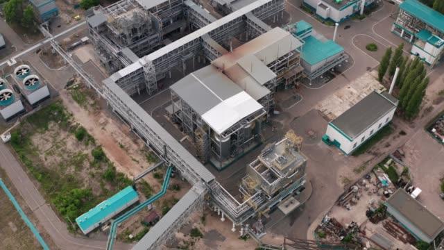 vídeos y material grabado en eventos de stock de fábrica petroquímica industrial con pepes de acero, equipo especial de edificios metálicos, vista aérea desde drone - aleación