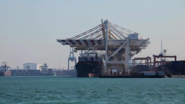 vídeos y material grabado en eventos de stock de industrial portuario y con puente de grúa de trabajo en el astillero. - oakland