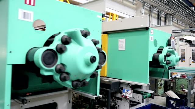 potenza industriale macchinari e attrezzature - metal robot in logistic factory video stock e b–roll