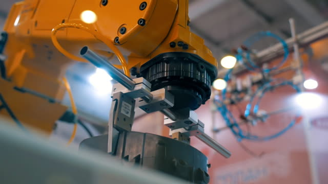 robot industriali mano performance movimenti che sono programmati in unità di controllo - automatico video stock e b–roll
