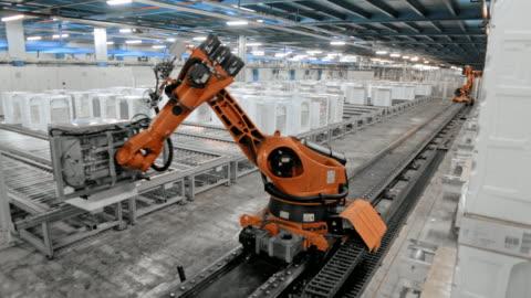 time-lapse industrieroboter hochschieben der produktionshalle und sortierung der produkte - herstellendes gewerbe stock-videos und b-roll-filmmaterial