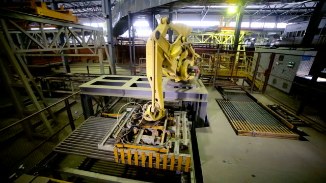 industrial robotic arm manufacturing bricks. timelapse. - automatico video stock e b–roll