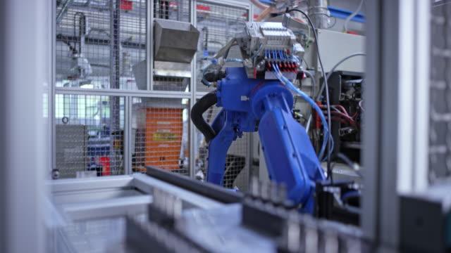 ld braccio robotico industriale che esegue compiti in fabbrica - metal robot in logistic factory video stock e b–roll
