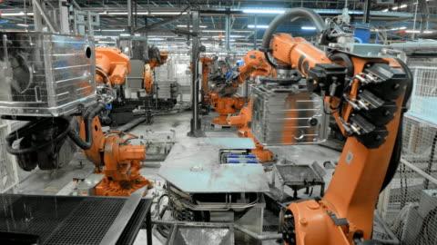 bir fabrika işleminde hızlandırılmış endüstriyel robotlar - sanayi stok videoları ve detay görüntü çekimi