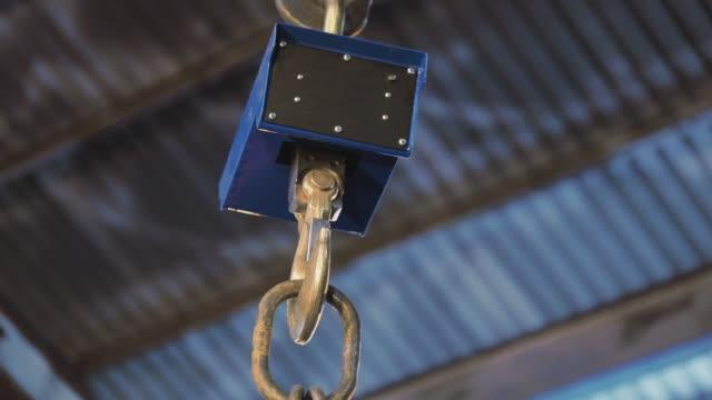 vídeos y material grabado en eventos de stock de balanzas industriales de primer plano, básculas para el pesaje de objetos grandes, básculas de fábrica - aleación