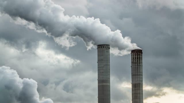 stockvideo's en b-roll-footage met industriële rook stack - schoorsteen