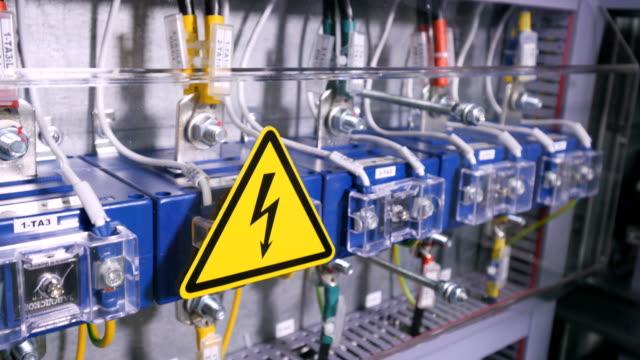 Caja de fusibles del interruptor industrial. Electricidad, potencia, fusible. De cerca. - vídeo