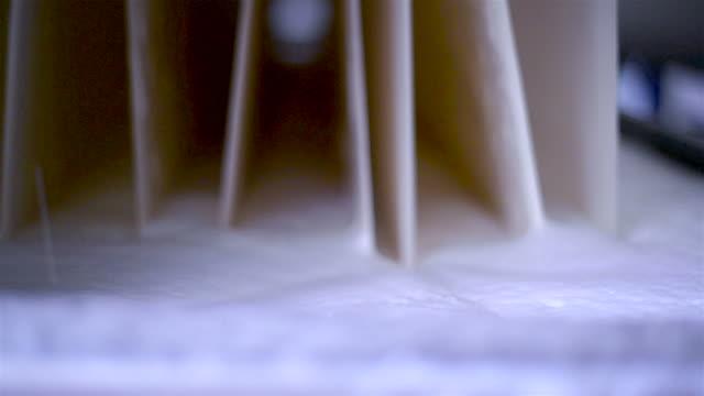 vídeos de stock e filmes b-roll de industrial de fábrica têxtil - matéria corante