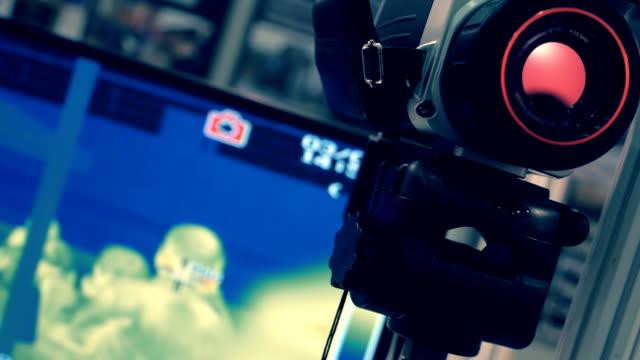 vídeos de stock, filmes e b-roll de câmara de imagem térmica industrial transmite vídeo na tela do monitor - camera