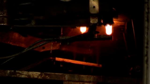 Industrial video-Glasbläserei. Automatisierte Produktion. Köder auswerfen. – Video