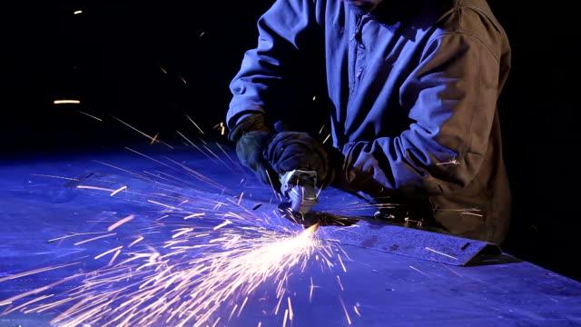 공업주 인부 grinds 금속면의 - 한 명의 중년 남자만 스톡 비디오 및 b-롤 화면