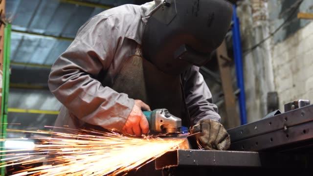 stockvideo's en b-roll-footage met industriële lassen staal van de werknemer - metaalbewerking