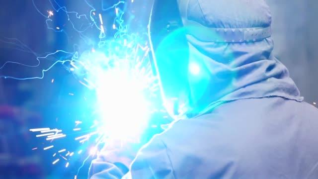industrial worker svetsning stål - metallindustri bildbanksvideor och videomaterial från bakom kulisserna