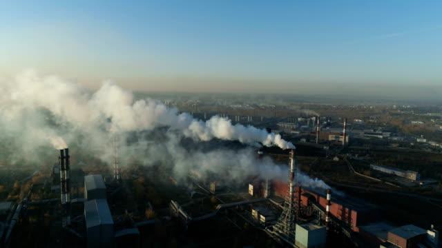 stockvideo's en b-roll-footage met industriële zone met een grote pijpen. - luchtvervuiling