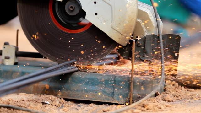 vídeos y material grabado en eventos de stock de fibra eléctrica industria cortar barras de acero, el concepto de construcción del edificio - descarga eléctrica