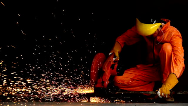 vídeos de stock e filmes b-roll de industry worker cutting steel pipe by metal grinder with lighting sparks - moedor