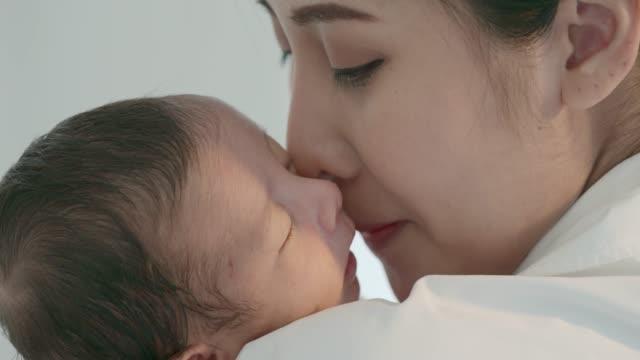 vídeos de stock, filmes e b-roll de mãe amor infantil - novo bebê