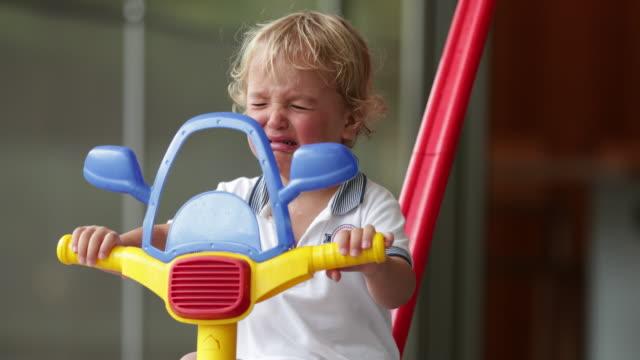 stockvideo's en b-roll-footage met baby peuter babyjongen huilen in 4k - background baby