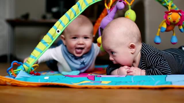 vidéos et rushes de bébés se prélasser dans la chambre - 0 11 mois
