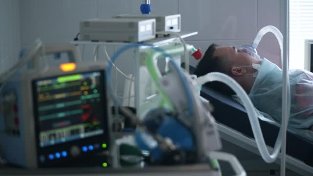 infektion, covid-19 pandemi, 2019-ncov koncept. andningssjukvård med patienter som är anslutna till det - intensivvårdsavdelning bildbanksvideor och videomaterial från bakom kulisserna
