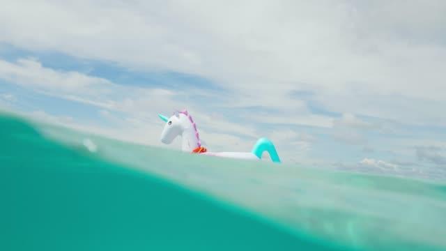 Aufblasbare Einhorn im tropischen Malediven Wasser schweben – Video