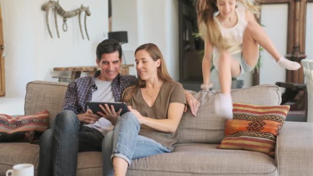 Informeel Portret van Ouders en Jonge Dochter thuis video