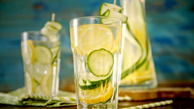 vídeos y material grabado en eventos de stock de con abundante agua fresca de pepino y limón - pepino