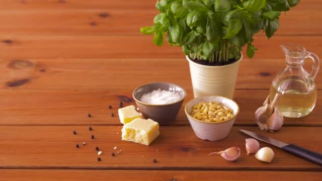 나무 테이블에 바 질 페스토 소스 재료 - 식초 스톡 비디오 및 b-롤 화면