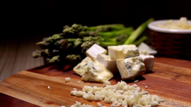 vidéos et rushes de ingrédients pour sauce au fromage aux asperges vertes - parmesan
