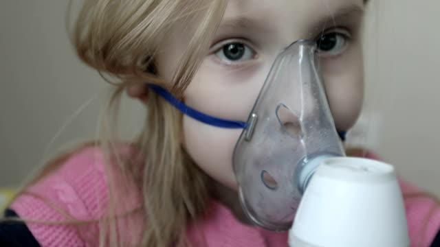 vídeos de stock e filmes b-roll de inhalation mask on her face. - doença
