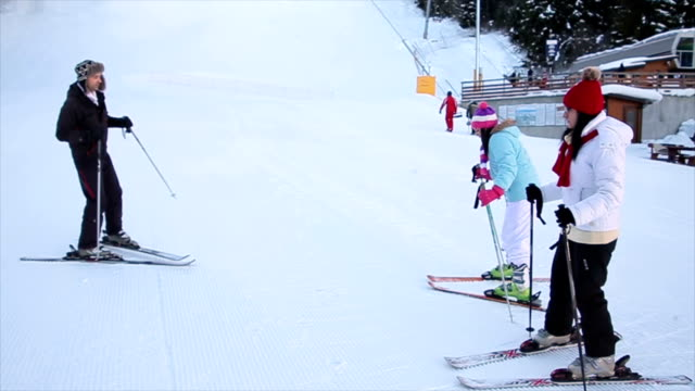 vídeos de stock, filmes e b-roll de formação inicial para os esquiadores inexperientes - ortopedia