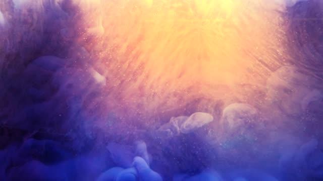 mürekkep akışı cennet ışık sarı mavi glitter bulut - fantastik stok videoları ve detay görüntü çekimi